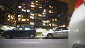 Auto's voor moderne woon complex, onroerende goederenzaken worden geparkeerd die stock video