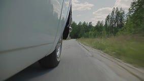 Auto` s wielen op de weg stock footage