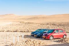 Auto's in woestijn worden geparkeerd die Royalty-vrije Stock Afbeelding