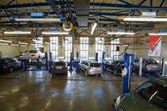 Auto's in workshop van Benzinestation Avtostandart royalty-vrije stock afbeeldingen