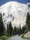 Auto'saandrijving aan MT Regenachtiger met Massieve Sneeuw hierboven Gletsjer stock afbeeldingen
