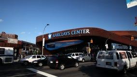 Auto'saandrijving langzaam voorbij het Centrum van Barclay in Brooklyn stock video