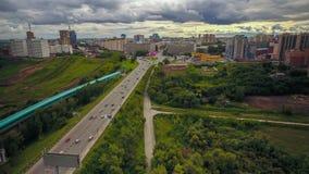 Auto'saandrijving op de stadsweg, timelaps Rusland stock video