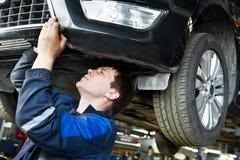 Auto samochodu naprawy mechanik przy pracą obraz royalty free