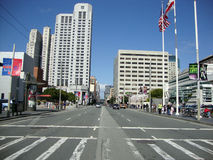 Auto'sbeweging langs bezige Howard Street in het hart van San Francisco stock fotografie