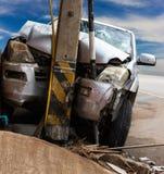 Auto schlägt Strommast Lizenzfreie Stockfotografie