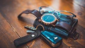 Auto-Schlüssel, Uhr und Geldbörse lizenzfreies stockbild