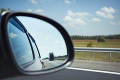 Auto schnell fahren ein Schnellfahrenkonzept Lizenzfreie Stockfotografie