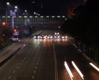 Auto'seinde bij verkeerslicht bij nacht royalty-vrije stock foto
