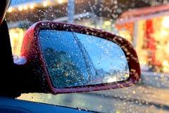 Auto-Seitenansicht-Spiegel mit Regen-Tropfen Stockbilder