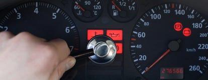 Auto serviço - luz de advertência no carro imagem de stock royalty free