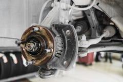 Auto serviço, mudança dos freios de disco do carro do automóvel levantado na Imagens de Stock Royalty Free