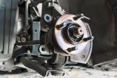 Auto serviço, mudança dos freios de disco do carro do automóvel levantado na Foto de Stock Royalty Free