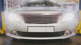 Auto serviço - verificando faróis do carro Foto de Stock