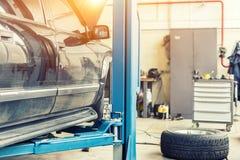 Auto-Service-Center Altes rostiges SUV-Fahrzeug nicht für den Straßenverkehr gehoben auf Aufzug an der Wartungsstation Automobilr stockfoto
