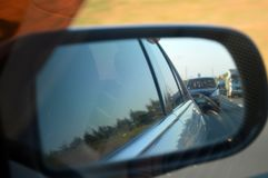 Auto sidemirror roadtrip lizenzfreie stockfotografie