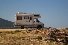 Auto släp på kusterna av det Ionian havet albacoren royaltyfria bilder