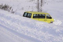 Auto in sloot na de winterongeval Het voertuig verliest controle en sloeg weg bij ijs af stock fotografie