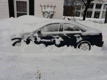 Auto in sneeuw van onweer Nemo wordt begraven die Royalty-vrije Stock Foto