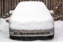 Auto in Sneeuw wordt behandeld die stock afbeelding