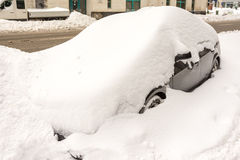 Auto in Sneeuw wordt behandeld die royalty-vrije stock afbeelding