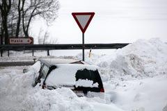 Auto in snowbank. Na winterstorm. Stock Afbeeldingen