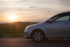 Auto am Sonnenuntergang Lizenzfreies Stockfoto