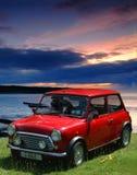 Auto am Sonnenuntergang mit Fallhammern Lizenzfreies Stockbild