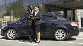 Auto sprzedaży żeński makler podpisuje samochodowego wynajem kontrakt z cudzoziemskim klientem, sukces zbiory