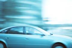 Auto-in Stadt schnell fahren Stockfotos