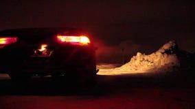 Auto steht auf dem Straßenrand, blinkende Notbeleuchtungen stock footage