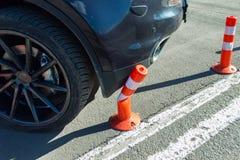 Auto stoßen kleiner Verkehrskegel zusammen Lizenzfreie Stockfotografie