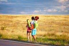 Auto-stop de déplacement des jeunes. champ d'été Photo stock