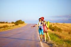Auto-stop de déplacement des jeunes. route d'été Image stock