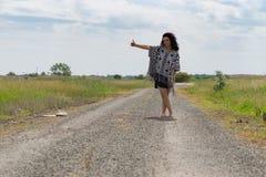 Auto-stop de la jeune femme libre Photographie stock