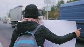 Auto-stop del bordo della tenuta della giovane donna stock footage