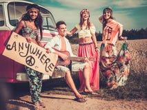 Auto-stoppeurs hippies multi-ethniques Photos stock