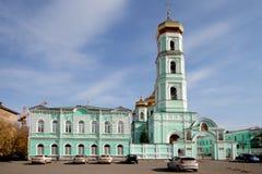 Auto'stribune bij de ingang aan Heilige Drievuldigheidskathedraal in Permanent ru royalty-vrije stock afbeelding