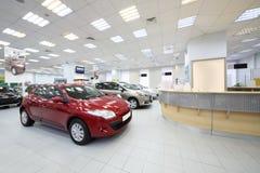 Auto'stribune dichtbij rekken voor klanten Royalty-vrije Stock Foto's