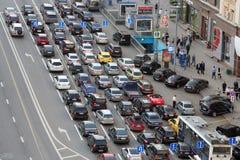 Auto'stribunes in opstopping op Tverskaya st. stock afbeeldingen