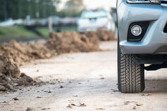 Auto 4x4 SUV auf Schotterweg Lizenzfreie Stockfotos