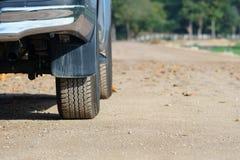 Auto 4x4 SUV auf Schotterweg Lizenzfreie Stockfotografie