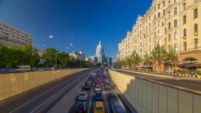 Auto'sverkeer op straat tuin-Triumph timelapse hyperlapse in Moskou, Rusland stock video
