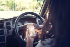 Auto tegen zakenman die een smartphone gebruiken stock fotografie