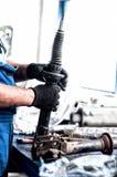 Auto teknikermekaniker som arbetar på bilstötdämparen Royaltyfri Bild
