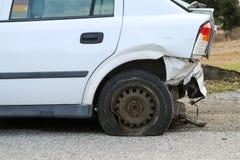 Auto tijdens het verkeersongeval dat wordt vernietigd royalty-vrije stock foto