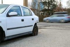 Auto tijdens het verkeersongeval dat wordt vernietigd royalty-vrije stock afbeeldingen