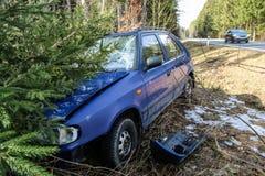 Auto tijdens het verkeersongeval dat wordt vernietigd royalty-vrije stock afbeelding