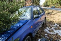 Auto tijdens het verkeersongeval dat wordt vernietigd stock foto