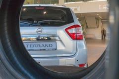 Auto in toonzaal van het handel drijven Nissan in Kazan stad royalty-vrije stock afbeeldingen